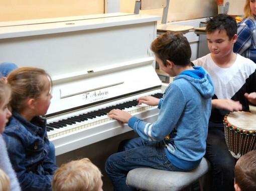 Achter de piano op de Edese Schoolvereniging