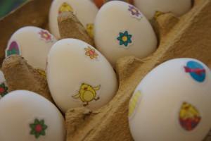 Versierde eieren bij het ontbijt