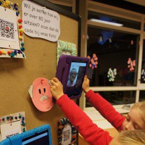 Met de iPad de QR-code van je kleinkind scannen