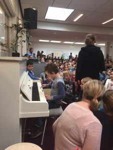 Basil op de schoolpiano