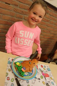 Trots op haar versierde broodje!