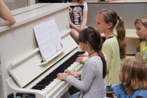 Groep 5: Sayra en Sophie op de piano
