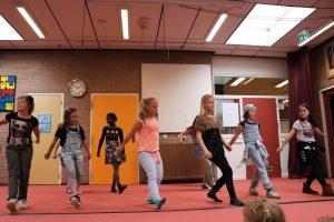 Groep 5 meiden geven een spetterend dansoptreden!