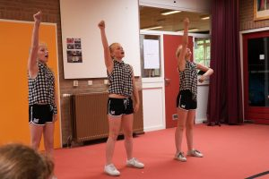 Groep 7 meiden dansen op Solo dance, Martin Jensen
