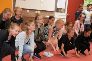 Groep 7 danst op Sia's Never give up