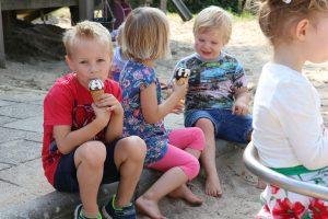 In de zonnige speeltuin getrakteerd worden op een ijsje: wat een feest!