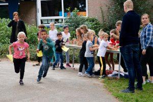 Het is dat er een stempel op de kaart MOET, want de kinderen rennen liever gewoon door!
