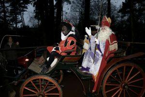 Sinterklaas en de pieten komen per koets aan