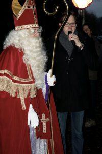 Directeur Martin Roes ontvangt Sinterklaas