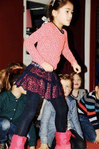 Groep 3 danst op 'Niets is cooler dan Kerstmis' van Kinderen voor Kinderen (mede dankzij gymmeesters Luuk en Joppe!)