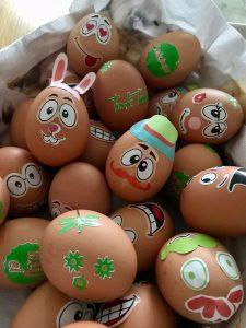 zelfs de gekookte eieren zijn vrolijk versiert!