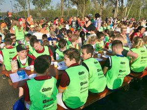 Gezamenlijk ontbijten met alle 2300 kinderen