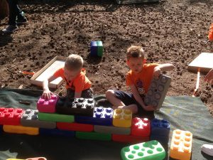 Lekker buiten spelen met grote blokken