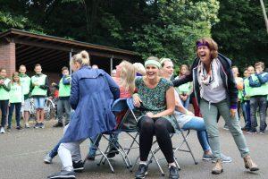 Fanatieke leerkrachten tijdens stoelendans